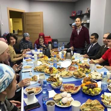 В эти выходные волонтёры фонда «Закят» вновь собрались дружной компанией, чтобы провести вместе уютный вечер за весёлым общением
